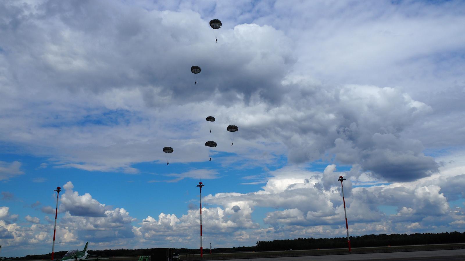 Kecskemét, Repülőnap - ejtőernyős ugratás, SzG3