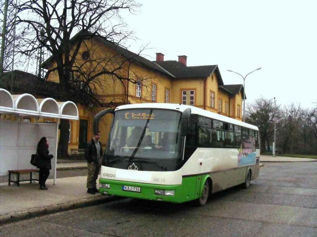 KAJ-734 a vasútállomásnál