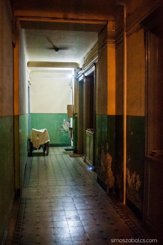 A folyosó végén balra