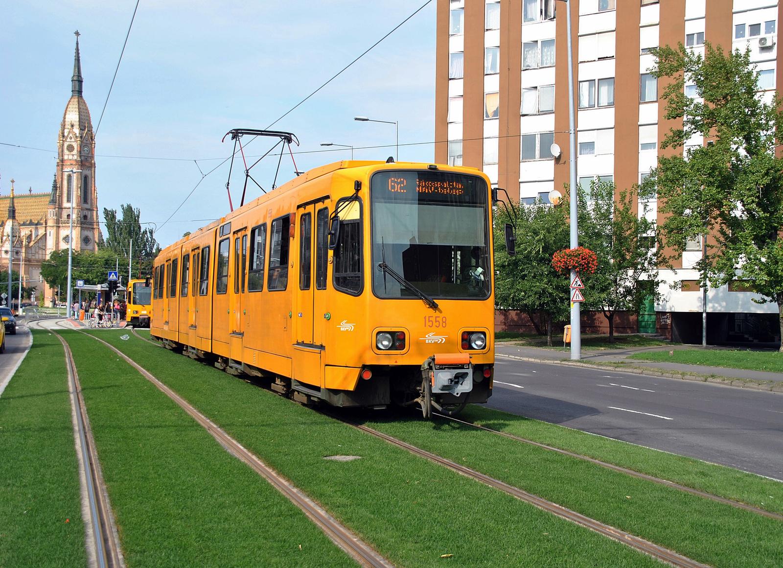 Zöld úton a sárga villamos