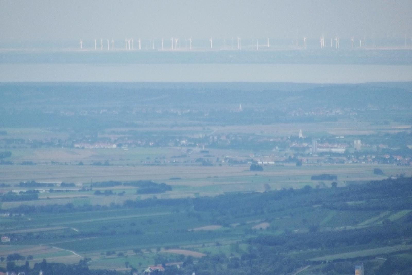 Messze-messze a Fertő-tó. és a szélkerekek
