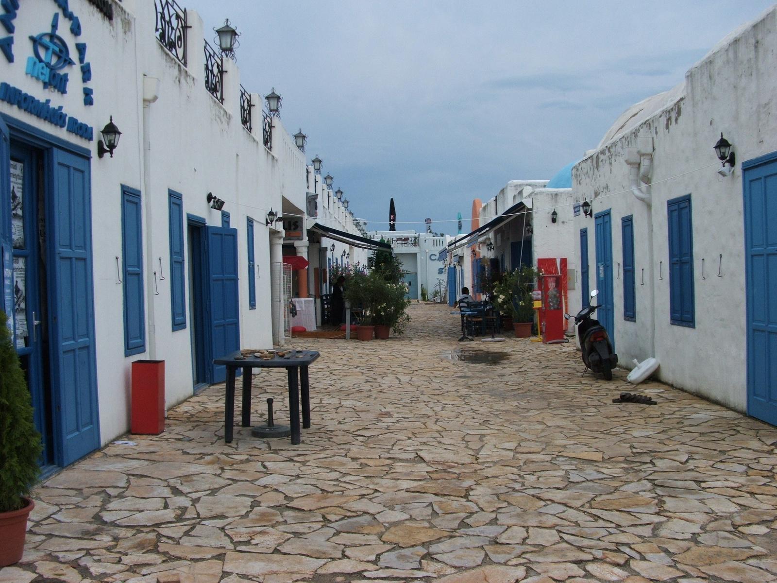 Itt még görög szinekben